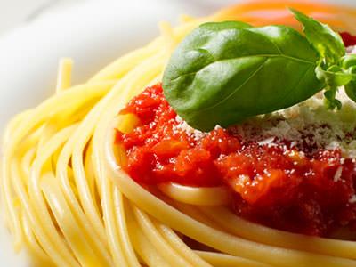Spaguettis con salsa roja y blanca